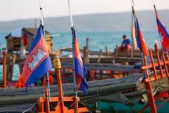 Havssikt med en khmerfartyget och kambodjanska flaggor, Koh Rong Arkivbild
