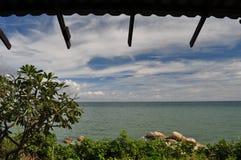 Havssikt och blå himmel Arkivbilder
