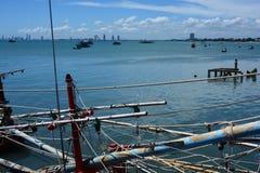 Havssikt och litet fartyg på fiskepir arkivfoto