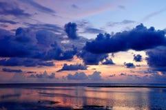 Havssikt och solnedgång Arkivfoto