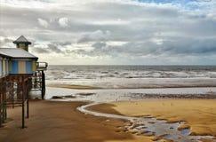 Havssikt på Blackpool, med den sandiga stranden och pir. Royaltyfri Fotografi