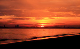 Havssikt, solnedgångsikt, bergsikt och högt hotell, orange himmel Arkivfoton