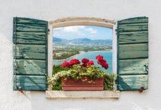 Havssikt till och med det öppna fönstret med blommor Royaltyfri Bild