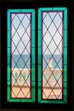Havssikt till och med målat glassfönstret Royaltyfri Bild