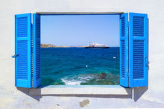 Havssikt till och med traditionellt grekiskt fönster Arkivfoto