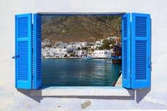 Havssikt till och med traditionellt grekiskt fönster Royaltyfri Foto