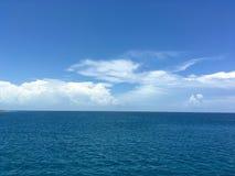 Havssikt under ljus dag royaltyfri foto