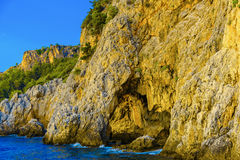 Havssikten av grottan vaggar in royaltyfria foton