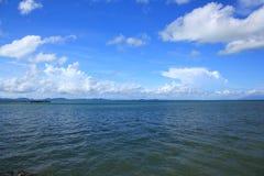 Havssikten fördunklar i himlen arkivfoton