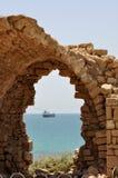 Havssikten till och med forntida fördärvar Royaltyfri Fotografi