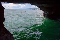 Havssikten till och med liten vik vaggar in Arkivfoton