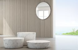 Havssiktsloge av det lyxiga sommarstrandhuset med podier för exponeringsglasfönster och vitmarmor arkivfoto