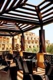 Havssiktsterrass av den utomhus- restaurangen på det lyxiga hotellet arkivbild