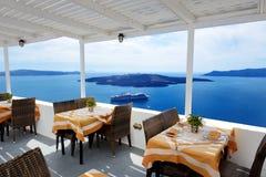 Havssiktsterrassen i restaurang på det lyxiga hotellet royaltyfri bild