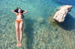 havssimningkvinna royaltyfri foto