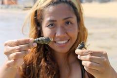 Havsskal rymde vid den asiatiska kvinnan eller flickan Royaltyfri Fotografi