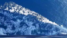 Havsskum och vågor från ett snabbt sväva fartyg arkivfilmer