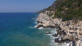 Havsskum på klipporna lager videofilmer