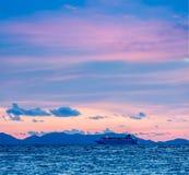 Havssolnedgång med criuseskeppet royaltyfria foton