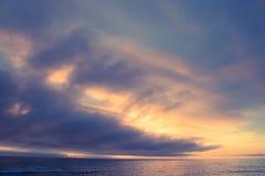 Havssolnedgången fördunklar seascapeplats Arkivfoton