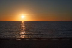 Havssolnedgången landskap Arkivbild
