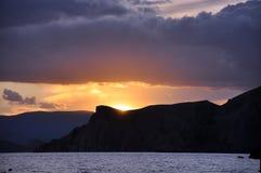 Havssolnedgångmålarfärg bakgrundsbergen. Arkivfoton