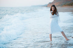 havssolnedgången vågr kvinnan Royaltyfria Bilder