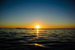 Havssoluppgång i mjuka vågor Fotografering för Bildbyråer