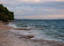 Havssprej på stenar stranden royaltyfri fotografi