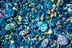 Havsstenar i havsvattnet pebbles under vatten ?vre sikt arkivfoto