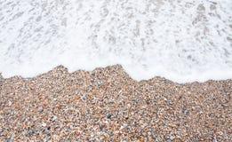 Havsstenar och havet vinkar Royaltyfri Foto