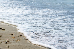 Havsstenar som tvättas av vågorna Arkivfoton