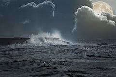 Havsstorm i en fullmånenatt royaltyfri fotografi