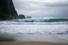 Havsstorm med stora vågor på den Kleopatra stranden i Alanya Royaltyfria Bilder