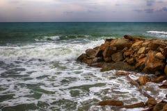 Havsstorm, vågor som bryter på en vaggavågbrytare royaltyfria foton