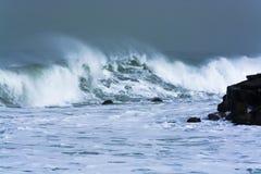 Havsstormen vinkar dramatiskt att krascha, och att plaska mot vaggar Arkivfoton