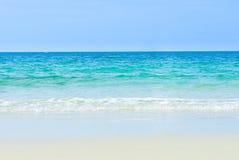 Havsstrand, blå himmel, sand, sol, dagsljus, avkoppling, landskapsynvinkel för designvykort och kalender i Thailand royaltyfri fotografi