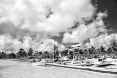 Havsstrand med fartyg på vit sand, Costa Maya, Mexico Arkivbild