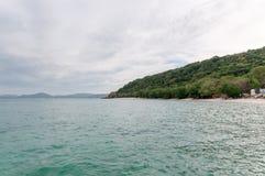 Havsstrand med molnhimmel arkivbild