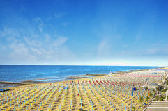 Havsstrand med slags solskyddotta Arkivbild