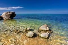 Havsstrand med stenar Fotografering för Bildbyråer