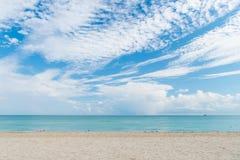 Havsstrand med vit sand och blått vatten i miami, USA Seascape på molnig himmel Sommarsemester på tropisk semesterort Upptäckt el arkivfoto