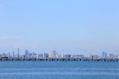 Havsstranden med blå himmel och moln och berg på Pattaya c Arkivfoto