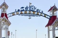 Havstad, Maryland båge och välkommet tecken till havstadsstrandpromenaden på en solig dag Strandpromenaden inkluderar fotografering för bildbyråer