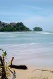 Havstidvattenvågor och stort övergett hotell i bakgrunden Thaila arkivfoto