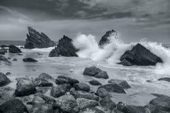 Havstrand - stora vågor som bryter - svartvitt konstnärligt Royaltyfri Fotografi