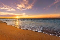 Havstrandsoluppgång arkivfoton