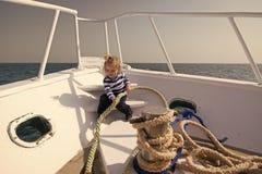 Havsturbegrepp Den lilla ungen tycker om havstur på fartyget Pojkesjöman på havstur Havstur och kryssning Låt din drömuppsättning arkivfoton