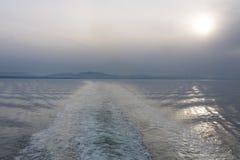 Havsunetlandskap som ses från färjan till vancouver royaltyfri fotografi