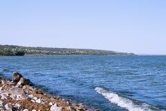 Havsvåg på en granitstrand Arkivbild